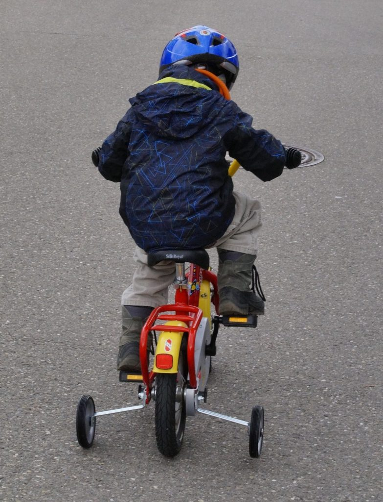 Detský bicykel s pomocnými kolieskami