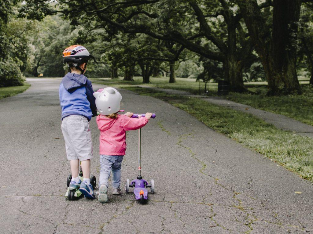 Deti na kolobežkách