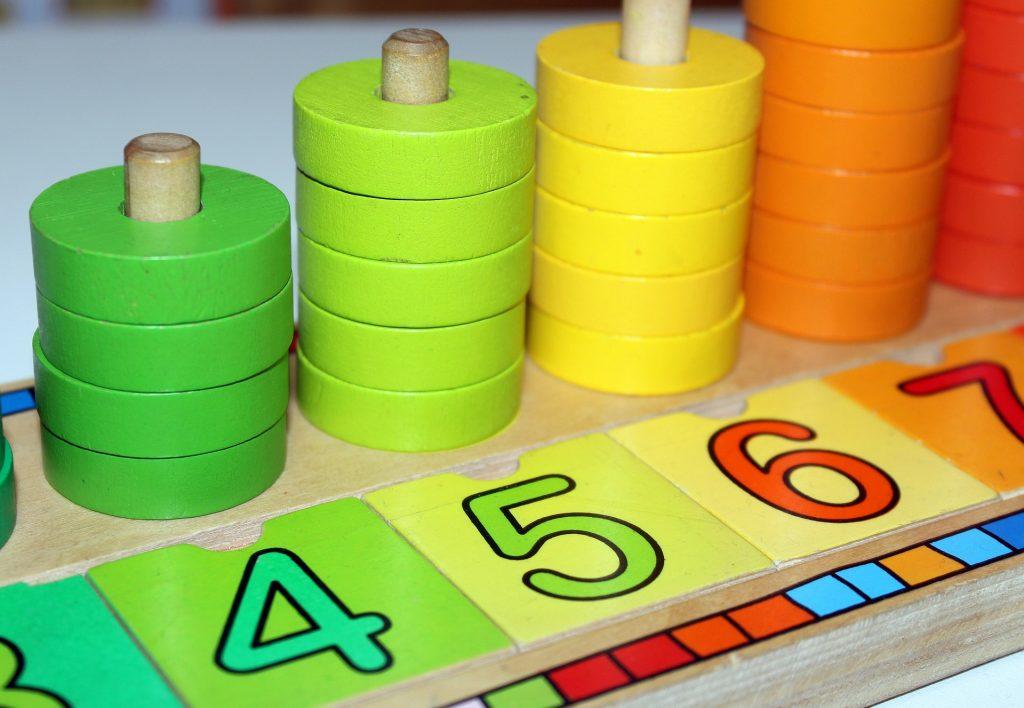 Triedenie tvarov-hračky na rozvoj jemnej motoriky